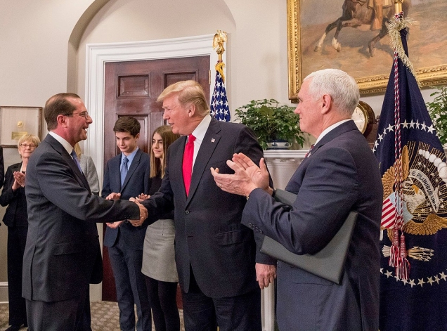 1600px-Donald_Trump_and_Mike_Pence_congratulate_Alex_Azar